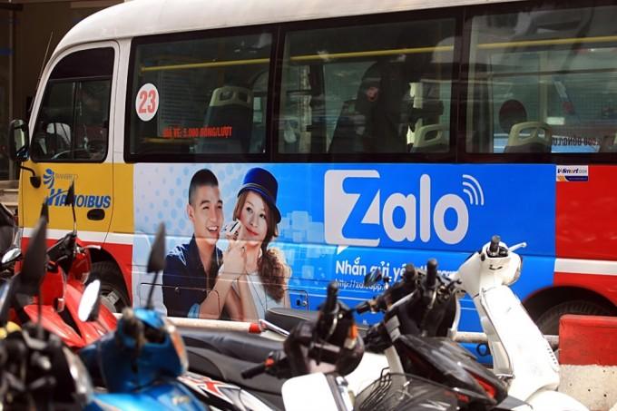 Cuong 7 & Chi Pu quang ba Zalo tren xe buyt