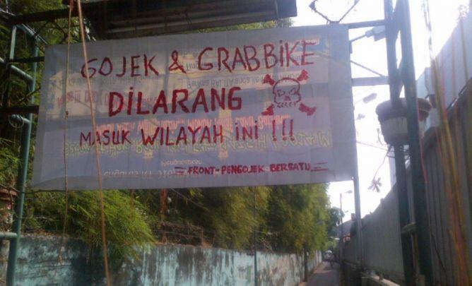 An anti Go-Jek and GrabBike banner in Jakarta's Pancoran area (from metrotvnews.com)
