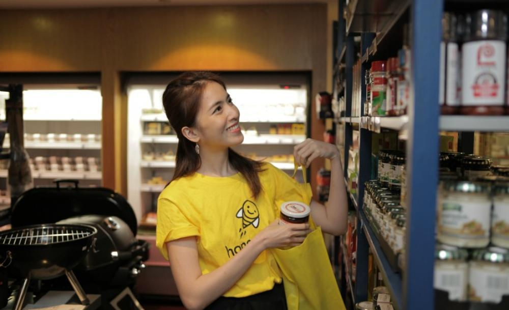 An Honestbee shopper in action.