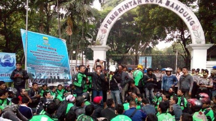Go-Jek drivers demonstrate in Bandung. Photo credit: Tribun Jabar
