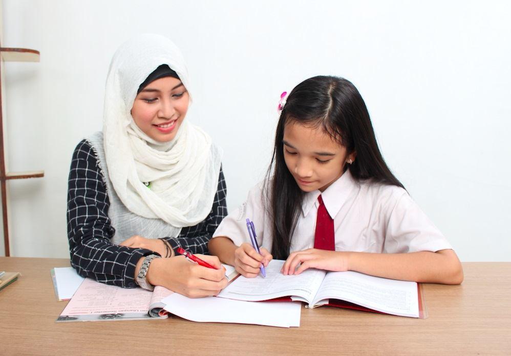 Ruangguru tutor and student
